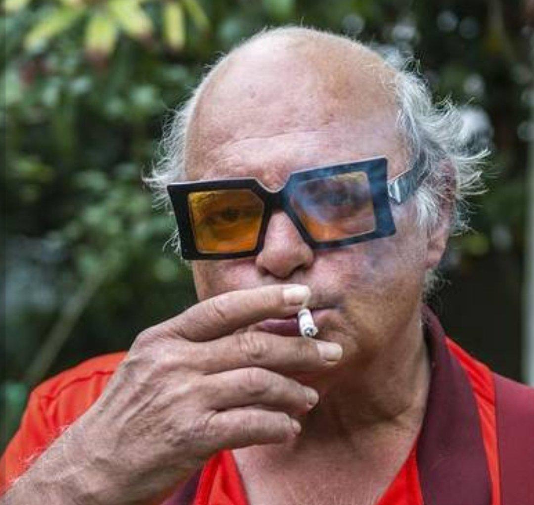 @MulderJoop Hoeveel brillen heeft die geniale man? #Reuzen #Leeuwarden