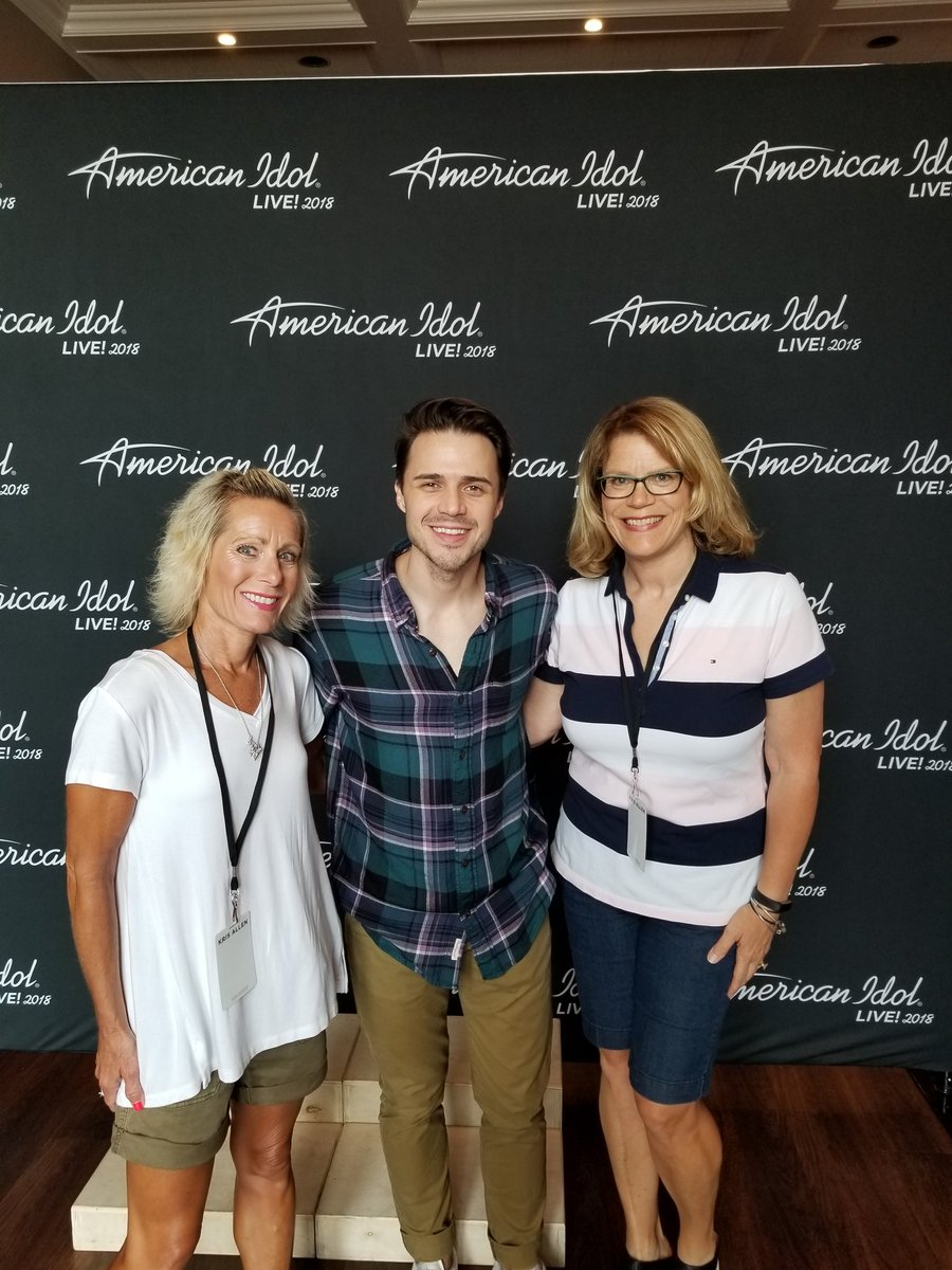 J9dh on twitter me my beautiful sister at the krisallen americanidol meet and greet poor kris is sick he performed a new song and asked that we not record it waiting on you to come homepicitter m4hsunfo