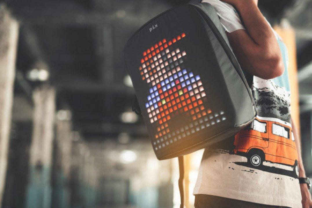 ドット絵で柄を自由に変えられる。Pixの電光表示「スマート・バックパック」 #ガジェット #ファッション #プロダクト https://t.co/qv2Lh4Rj8h