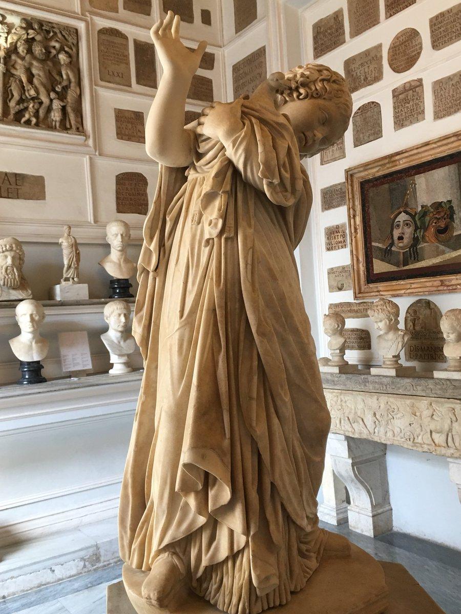 Ragazza con una Colomba ~ Musei Capitolini Osservando questa statua dal retro, puoi capire perché la ragazza è così protettiva #Roma#RomeisUs  - Ukustom