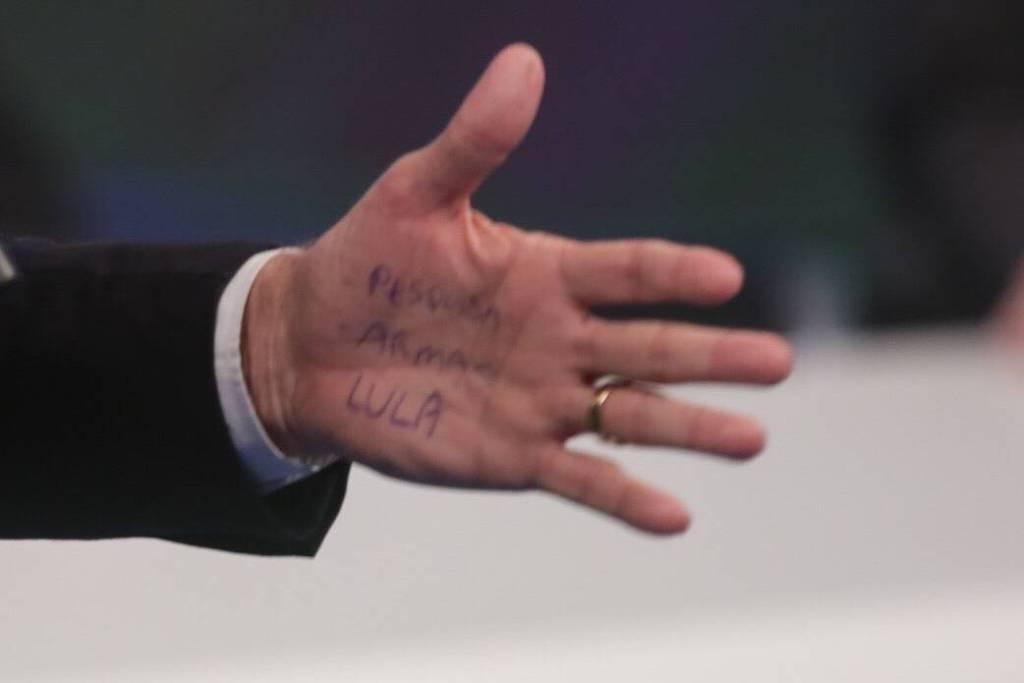 Perguntado pela Folha sobre a 'cola' que carregou na mão para o embate com Marina Silva (Rede), Bolsonaro se exaltou, perguntou se havia interesse em saber a cor de sua cueca e mandou a reportagem 'plantar batatas'; veja repercussão do #DebateRedeTV em https://t.co/OUrEFevL3e