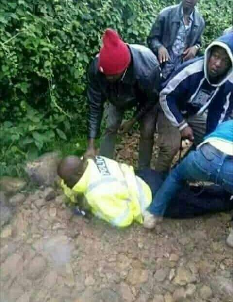 Meanwhile in Kisii  county  Patriots decided to discharge  their mandate and have arrested a traffic police officer who was taking  bribes from motorists following  president  @UKenyatta&#39;s directive.Corruption  must come to an end. @ItsBravin @Jontae254 @BenjiNdolo @TheParrotKE<br>http://pic.twitter.com/DY5MaPWlmx