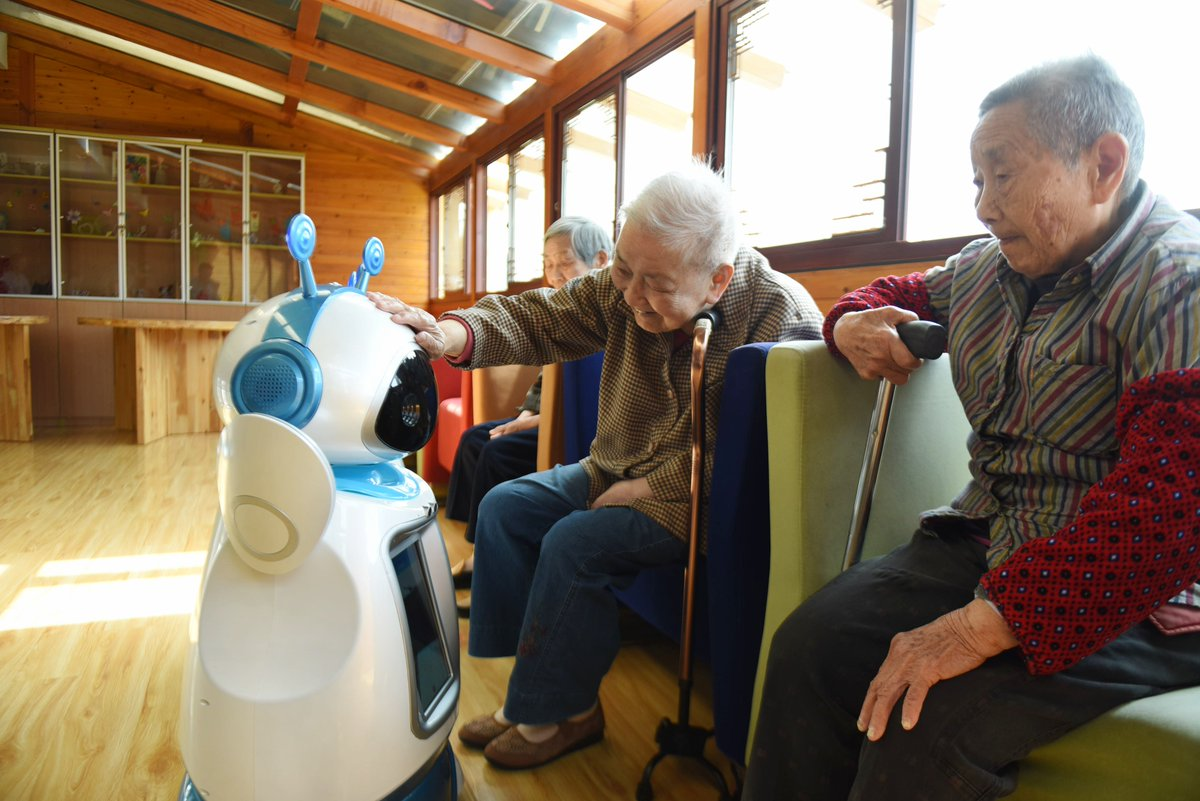 Performing Chinese opera, giving weather reports... check out how robots help look after China&#39;s elderly  http:// xhne.ws/8yFjC  &nbsp;  <br>http://pic.twitter.com/08ZNNLC6Ed