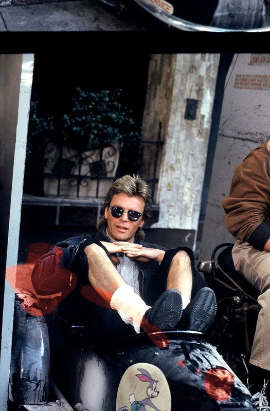 Good morning!  Enjoy and have fun and share a little craziness   #FelizFinde   Chillaxing  #MacGyver  style.  (Jack of Spies 1987)  #RichardDeanAnderson <br>http://pic.twitter.com/69IiR2b1fp