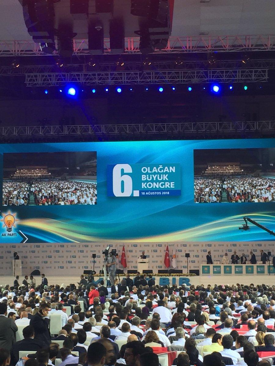 AK Parti Kongresinde Divan Başkanlığı'na eski bakan ve Meclis Başkanlarından Mehmet Ali Şahin getirildi.