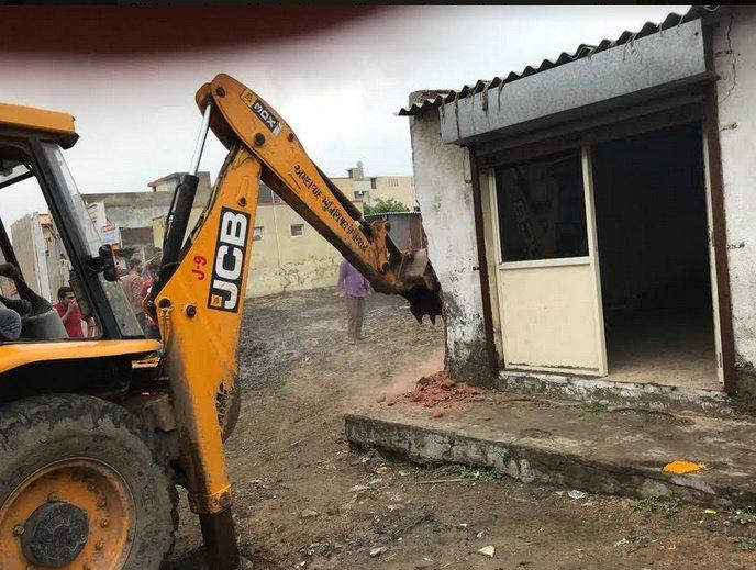 અમદાવાદ: નવા વાડજ અને ઇસનપુરમાં બિનઅધિકૃત દબાણો દૂર કરાયા, 8000 ચો.મી.સરકારી જમીન ખુલ્લી કરાઇ