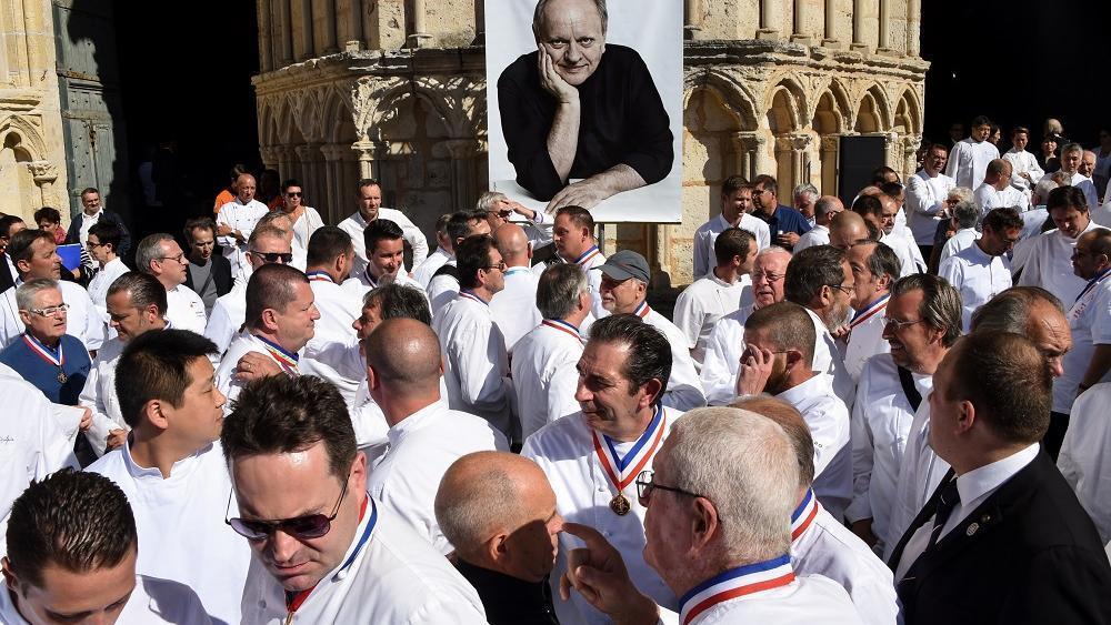 VIDÉO – Le dernier adieu des grands chefs à Joël Robuchon lci.fr/societe/video-…