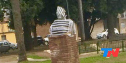 Hace días, pidieron retirar la estatua de Néstor Kirchner en Quito. En Capital Federal, impulsan cambiar el nombre del CCK. En Morón, sacarán un busto de él que está en la plaza central. Hoy, en Rosario, el homenaje al expresidente amaneció tapado Photo