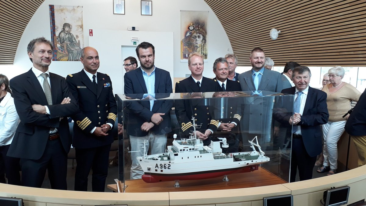 Official transfer of the scale model of RV Belgica from OD Nature to the municipal administration of Tamise, where the ship was built over 30 years ago! We will miss the model, but it ends up in its rightful place now. @RBINSmuseum @belspo @BelgiumDefence #hbib<br>http://pic.twitter.com/mj8WgsonHW