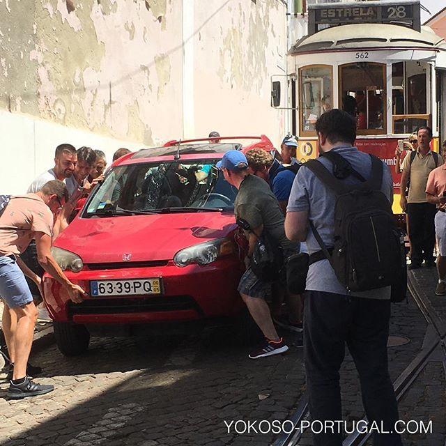 test ツイッターメディア - 路面電車の通行を妨げる違法駐車の車をみんなで動かす、リスボンの日常風景。 #リスボン #ポルトガル https://t.co/ys7F4D4UvA