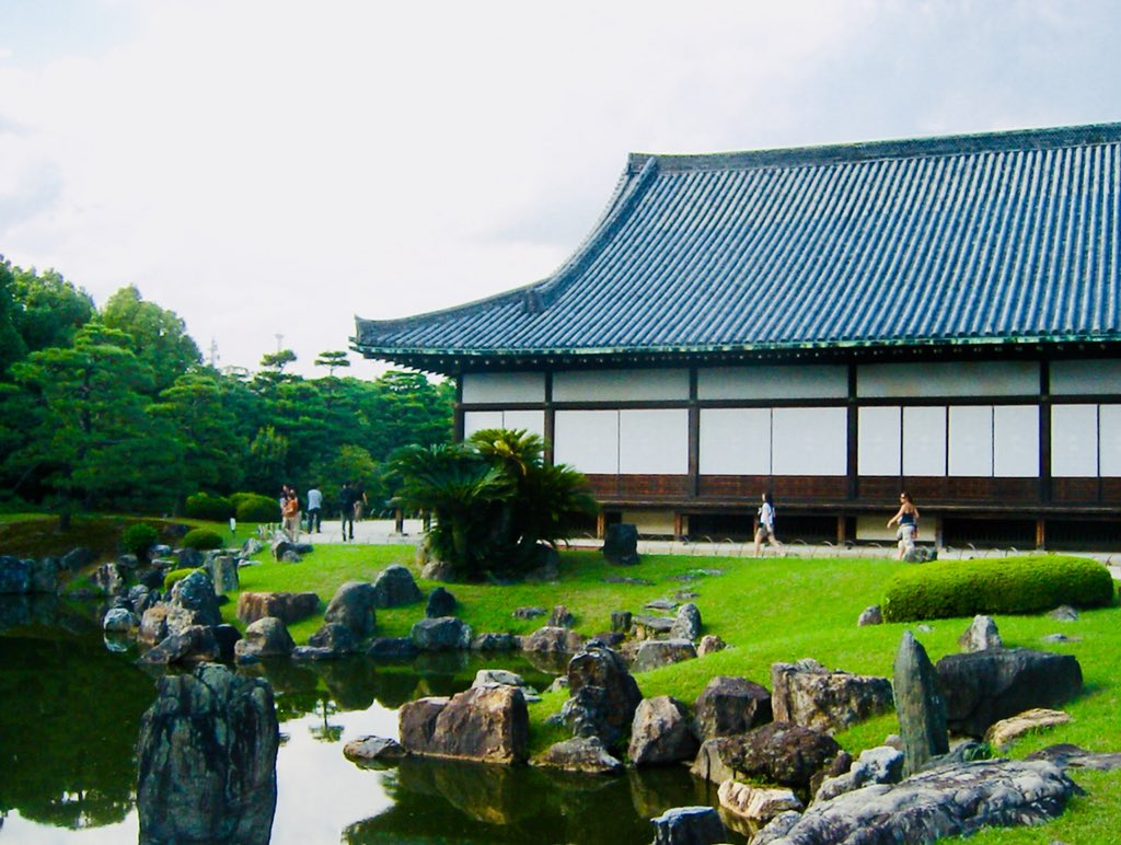 ... least for its elegant buildings and its rock garden, #ninomaru. #JapanPhoto #JapanTravel #samurai #二条城 #京都 #二の丸庭園pic.twitter.com/Ly2piSslHw