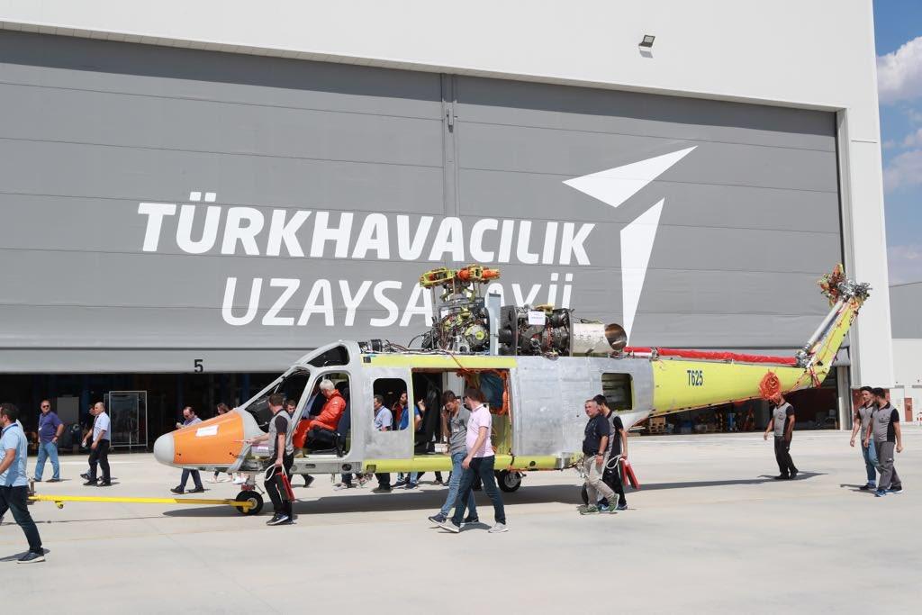 """""""توساش"""" التركية تنتهي من إنتاج أول نموذج لمروحية  T625 الجديدة المتعددة المهام Dk92RxQW0AAQEkq"""