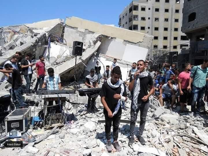 Ecco il sionismo.Dopo aver imprigionato un intero popolo, mortificandolo e uccidendolo ogni giorno, i bombardamenti sionisti hanno distrutto anche il teatro Said al Mishal di #Gaza.Ma gli artisti palestinesi hanno deciso di continuare a suonare sulle rovine.#FreePalestine  - Ukustom