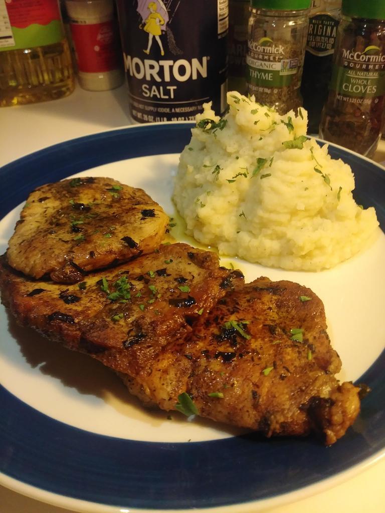 #Foodporn Alert! Porkchops and Garlic mashed potatoes. #yummy https://t.co/mURdzG9Wq6