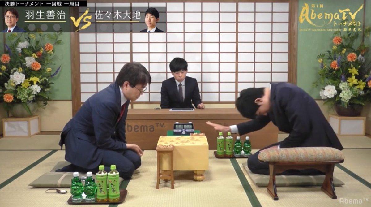 AbemaTVトーナメント、羽生竜王がまず1勝! けどこれ最大の見どころは、羽生先生の手がずっとプルプルしてるところでは。あの「羽生の手が震える」瞬間をずっと見てられるとか、贅沢… abema.tv/now-on-air/sho…