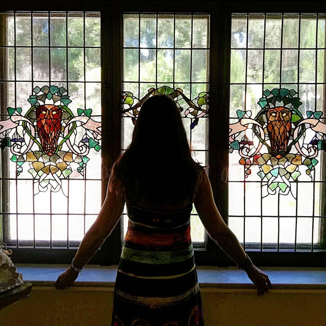 Unico elemento decorativo originale in questa sala della #CasinaDelleCivette a #VillaTorlonia è la bella vetrata di #DuilioCambellotti composta da tre pannelli, due raffiguranti civette stilizzate e uno al centro con tralci d\