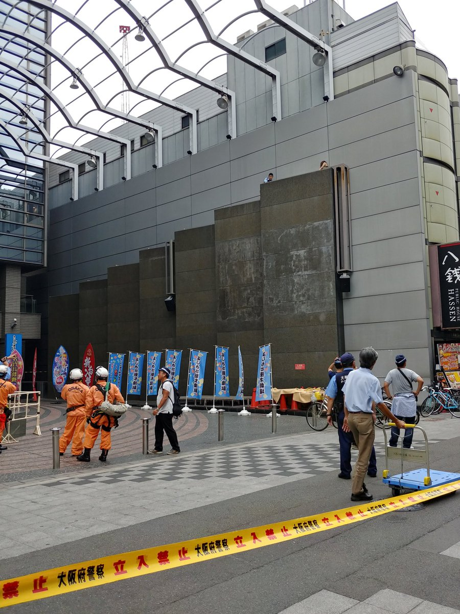 大阪市中央区のNGK前で飛び降り自殺を図ろうとする女性の画像