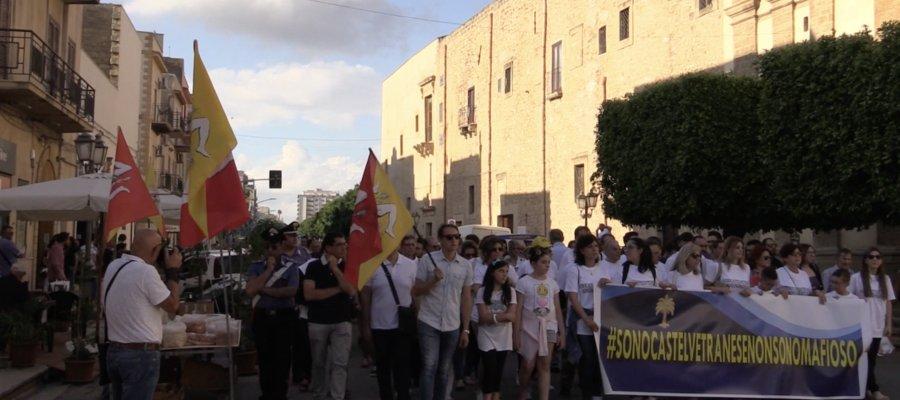 ##Sonocastelvetranesemanonsonomafioso . Il paese del boss #MessinaDenaro scende in piazza...  https://goo.gl/R5hpsS  - Ukustom
