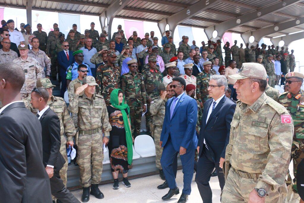 تركيا تخرج أوّل دفعة ضباط صف في الصومال من قاعدتها العسكرية DkDSUUrW0AAiwN2