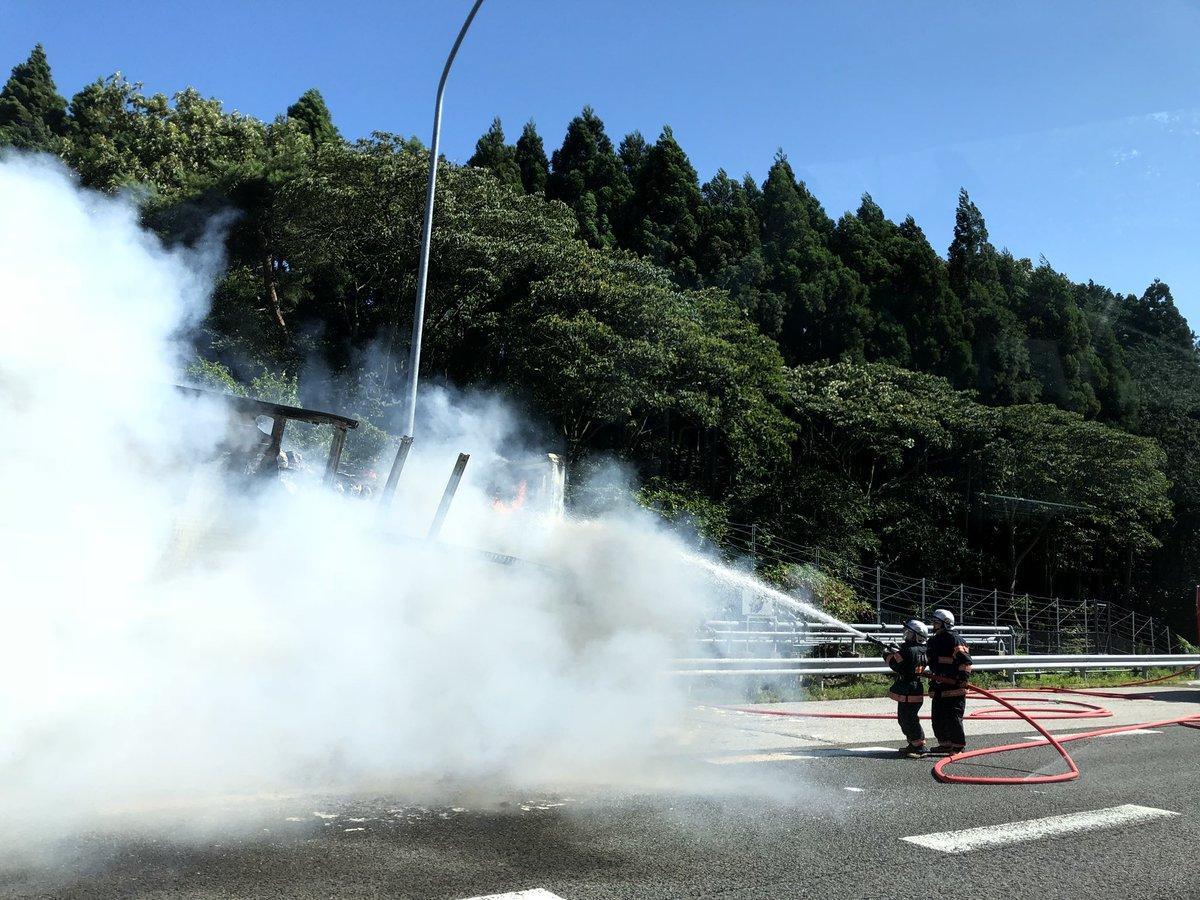 名神高速の伊吹PA付近で車両火災の現場の画像