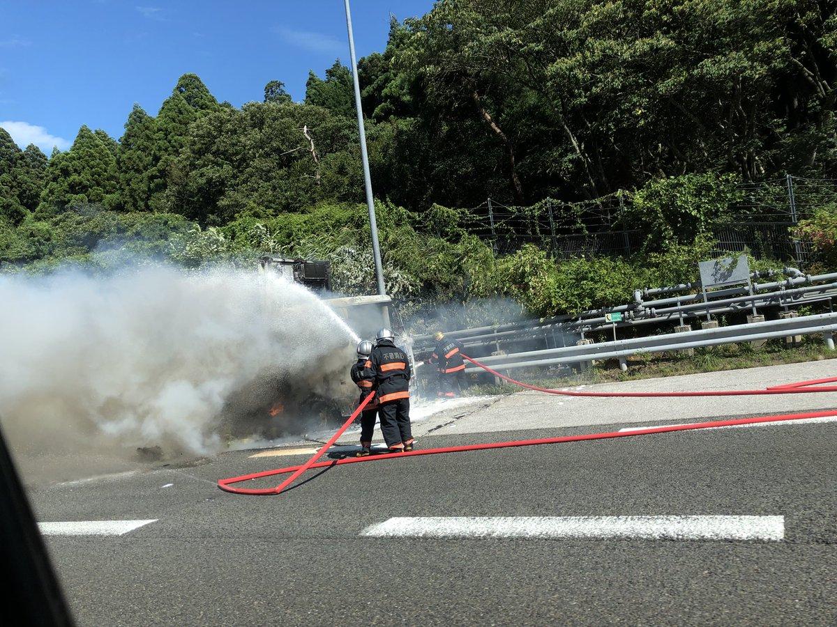 名神高速でトラックの車両火災の現場画像
