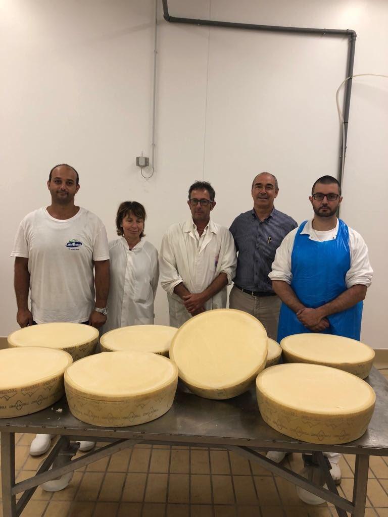 Nel caseificio di Trento oggi raggiatura ed espertizzazione del #formaggio #trentingrana produzione 2018 con il professor Palazzi e i nostri casari#LatteTrento #tivuolebene #cheese #caseificio  - Ukustom