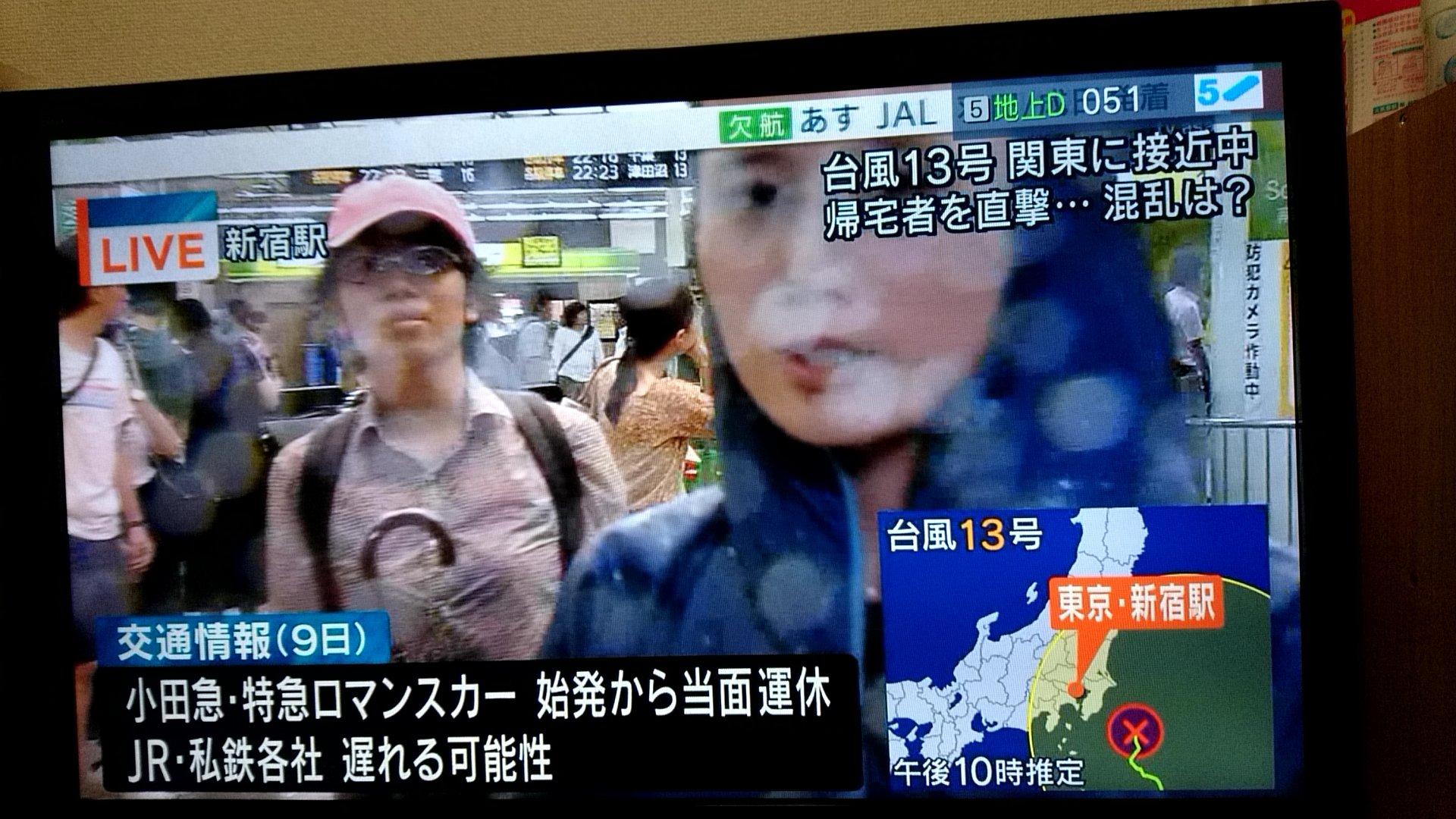 画像,報道ステーションの台風中継にピンクキャップ眼鏡が必死に映り込んで来て草 https://t.co/z2j6PENK2G。