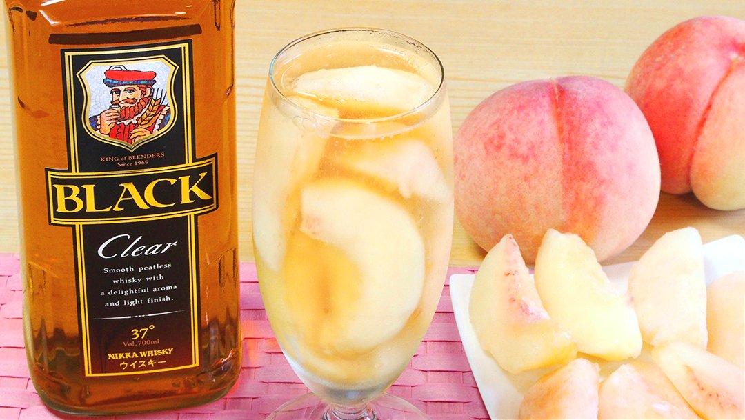 みんな大好きなこの1杯💕  🍑フローズン・ピーチ・ハイボール🍑  グラスにカットして凍らせた桃を入れ、ウイスキーと冷やした炭酸水を注ぎ、軽く混ぜて完成!切った桃はレモン汁を入れた水に浸けると色が変わらずきれいに出来るんじゃよ!軽く溶けてシャリッとした桃も一緒にいただくぞい!んまい!