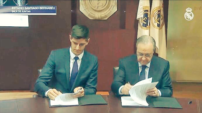#Courtois firmando il suo nuovo contratto di 6 anni con il Real Madrid.  - Ukustom