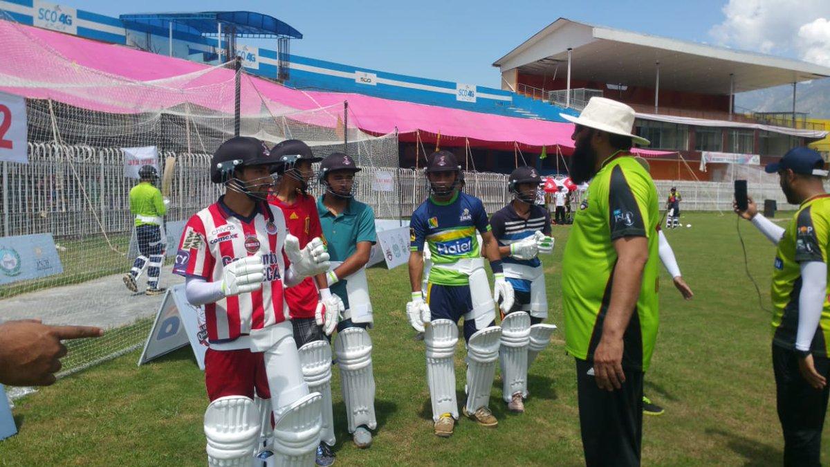 Batsmen in line waiting for their turn and getting tips from @InziTheLegend .  #PlayerDevelopmentProgram  #KashmirBanaQalandar  #QalandarsKaPakistan  #DamaDamMast