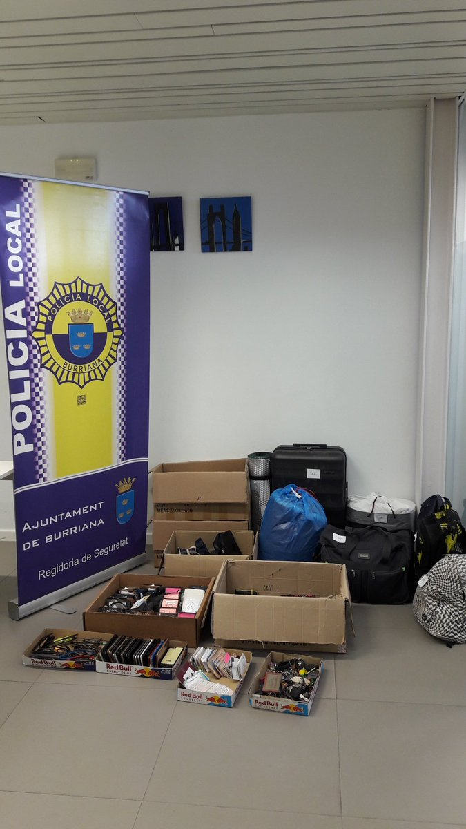 Estamos ordenando y clasificando objetos y documentación recuperada durante @ArenalSound En breve estará el listado en policialocalburriana.es @ajborriana