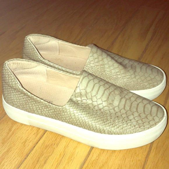 ba2de69deb39 Check out all the items I m loving on  Poshmarkapp  poshmark  fashion   style  shopmycloset  jslides  toetos  https   bnc.lt focc VctsL3ZTnK  pic.twitter.com  ...