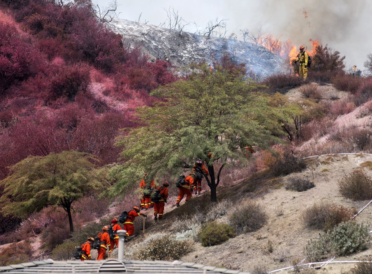 Firefighters prepare to make a fire break above a well-manicured Lake Elsinore neighborhood Thursday. So far no homes have burned. Not only does it smell like a barbecue, you feel like you&#39;re being barbecued as flames spread and make visibility tough. #HolyFire @pressenterprise<br>http://pic.twitter.com/rstV8qYXli