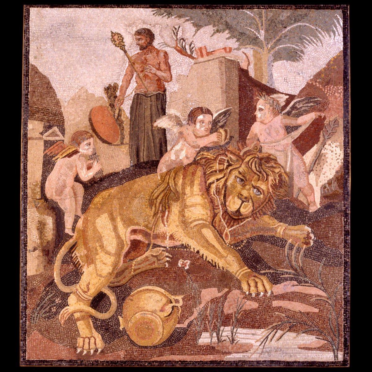 Mosaico con leone e amorini nella #CentraleMontemartini.In primo piano, attorno ad un poderoso leone giacente, giocano tre piccoli eroti. Sullo sfondo un'originaria figura di Dioniso è stata restaurata nel Settecento come Ercole in vesti femminili.#WorldLionDay  - Ukustom