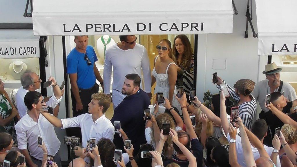 #CavaniDayMentre tutti aspettavano Cavani , #ADL ,attratto dai 78 milioni di followers Instagram (vs i 5 di Edy), portava a Napoli Jennifer Lopez...#JLo#Cavani @ADeLaurentiis @annatrieste @JLo @ECavaniOfficial Sono io il vostro #Gesù  - Ukustom