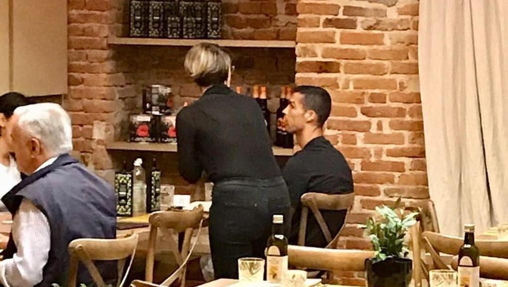 Vai a cena sotto casa e trovi #Ronaldo. Senza clamore, in un angolo, tavolino da 2, servito come un cliente qualunque. Ieri a #Torino la prima serata in centro per #Cr7 e la compagna - @LaStampa  http:// www.lastampa.it/2018/08/10/cronaca/serata-pizza-in-centro-a-torino-per-cristiano-ronaldo-TNQXyVL5qhSJOSafSucFLN/pagina.html  - Ukustom