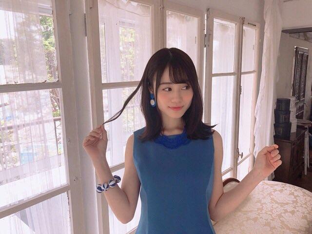 青いノースリーブの伊藤美来