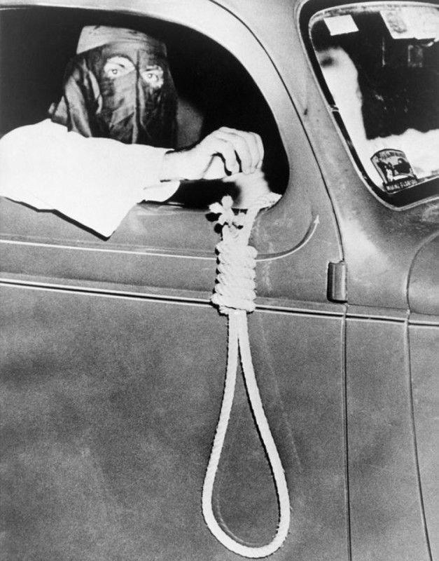 Florida, 1939. Un gruppo di ragazzi del Ku Klux Klan vanno goliardicamente a spasso per intimidire  i neri prima di una tornata elettorale.#Goliardia  - Ukustom