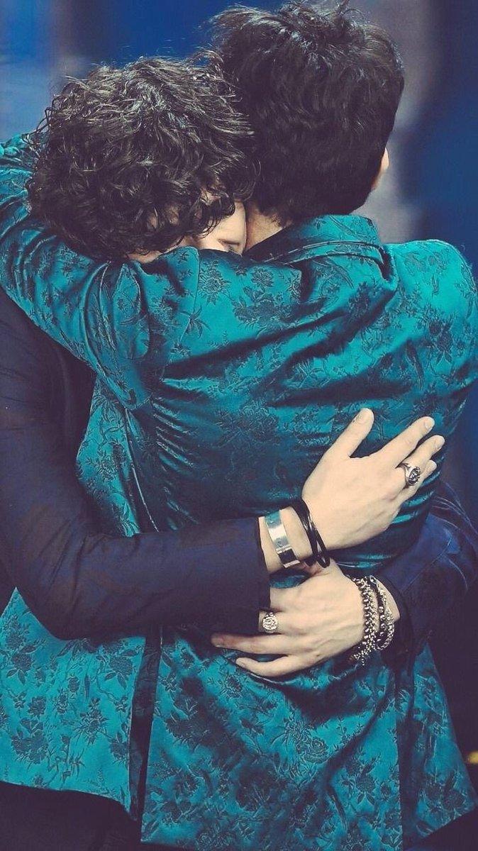 #BizioEGigi6 chi si scorda piu questo abbraccio.   - Ukustom