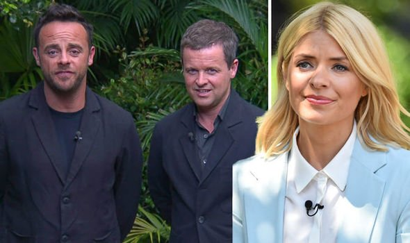 Holly Willoughby to replace #ImACelebrity host #AntMcPartlin on ITV show?  https://www. express.co.uk/showbiz/tv-rad io/1001987/I-m-A-Celebrity-2018-Holly-Willoughby-replace-Ant-McPartlin-latest-news-Ant-and-Dec-ITV &nbsp; … <br>http://pic.twitter.com/radbe0YvOD