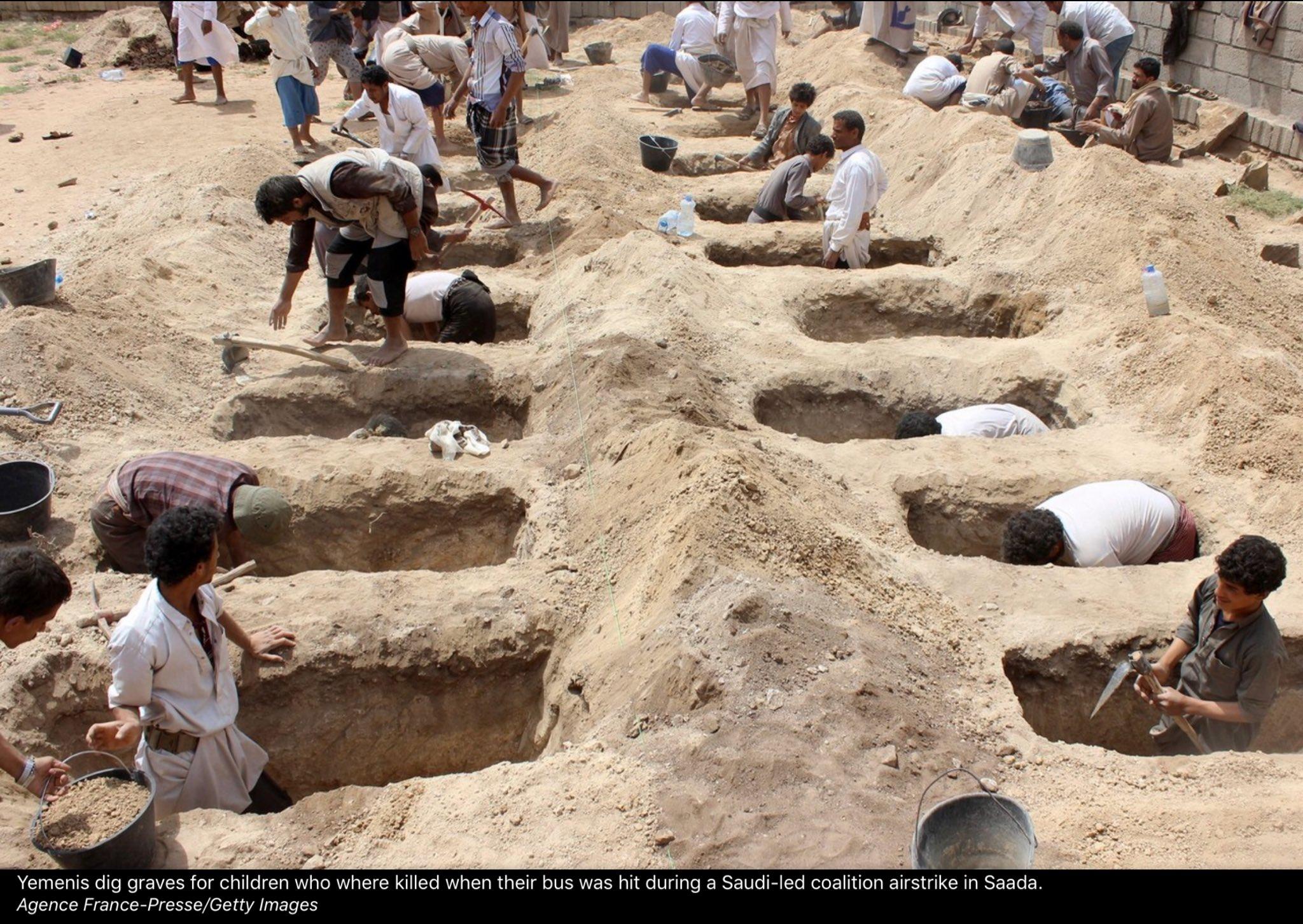 Menggali kuburan untuk anak2 yang terbunuh karena bus mereka dibom Arab Saudi, Taman. Foto dari Wall Street Journal https://t.co/DVxzbC2wqh