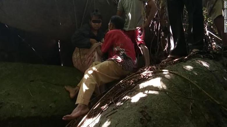 Estuvo 15 años cautiva en una cueva por un líder espiritual https://t.co/XnGAorUxeb https://t.co/W9Uk91WLwj