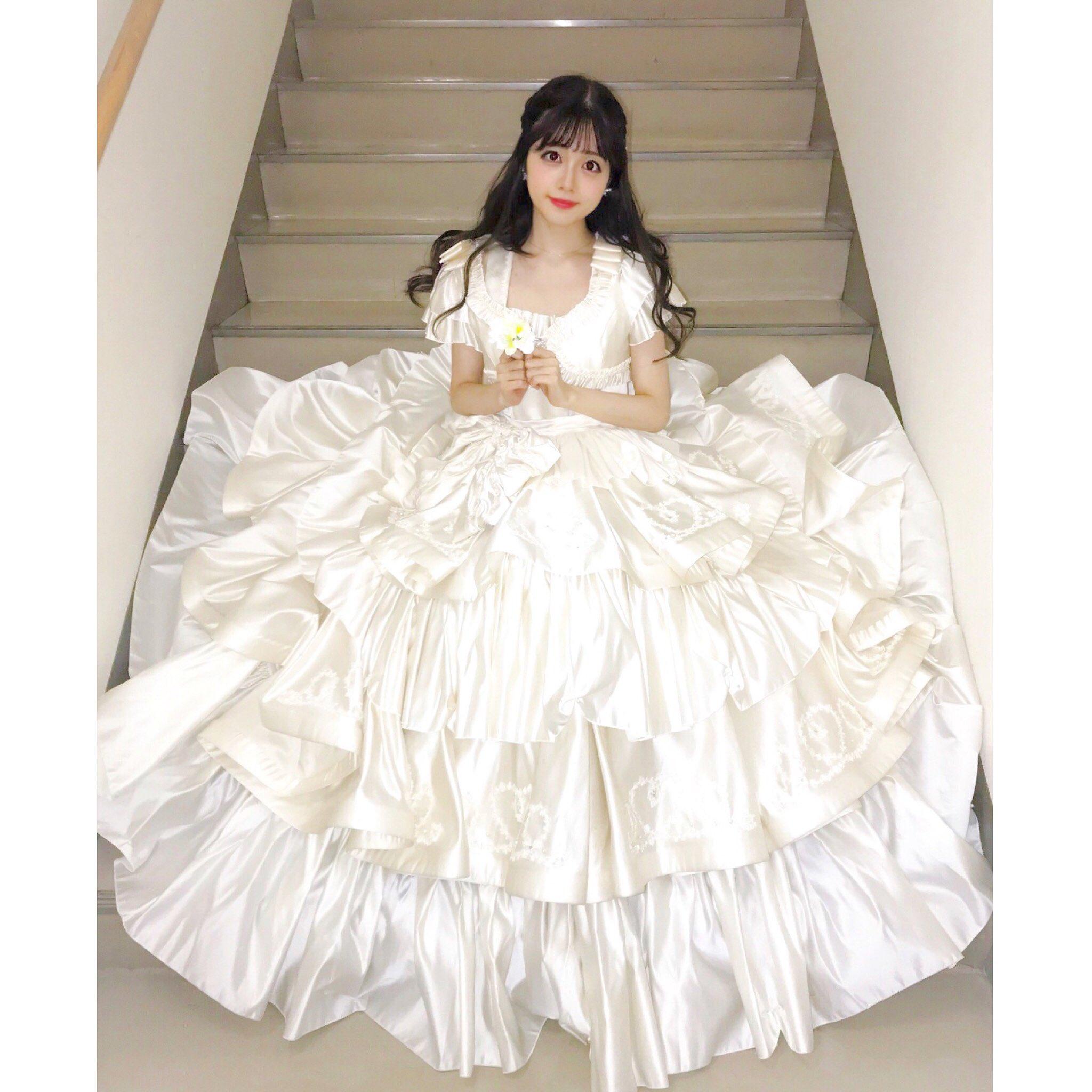 白いドレスの礒部花凜