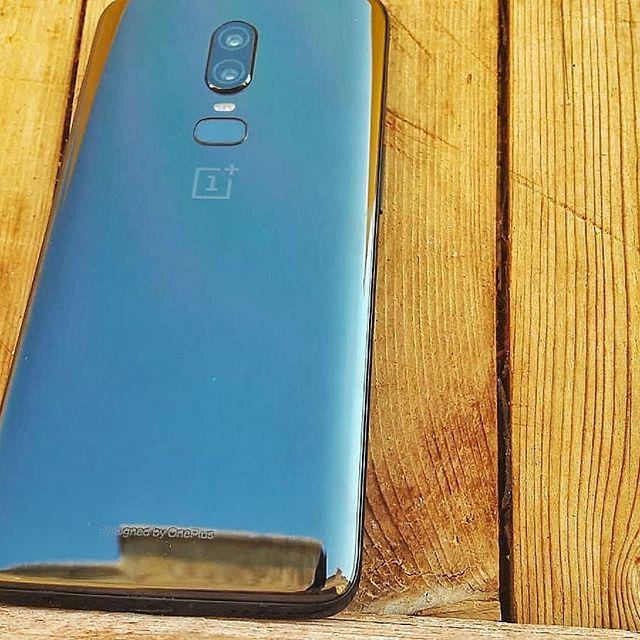 Il cielo si specchia su questo OnePlus...#youtube #youtubeitalia #youtuber #youtuberitalia #oneplus6 #oneplus6italia #oneplus #oneplusitalia #italia #2k18 #legno #riflessi #tech #ph #photografy #smartphone #android #google #innovation  - Ukustom