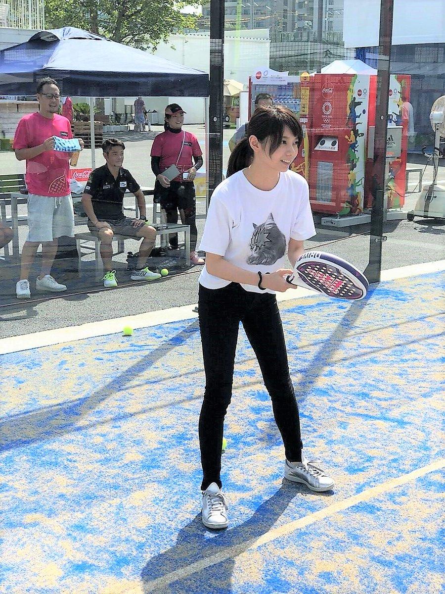 テニスをする森カンナ