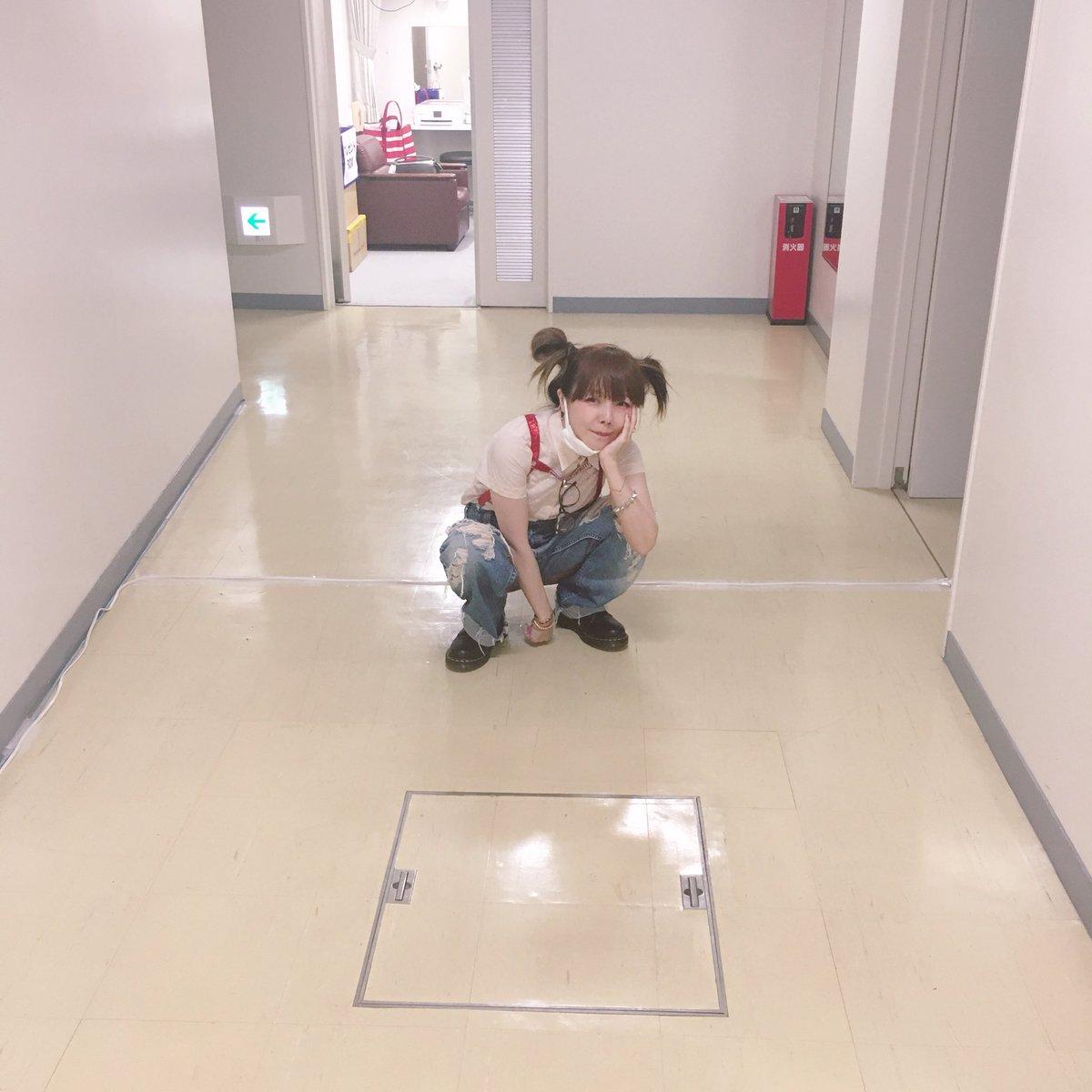 aiko廊下に座って可愛い