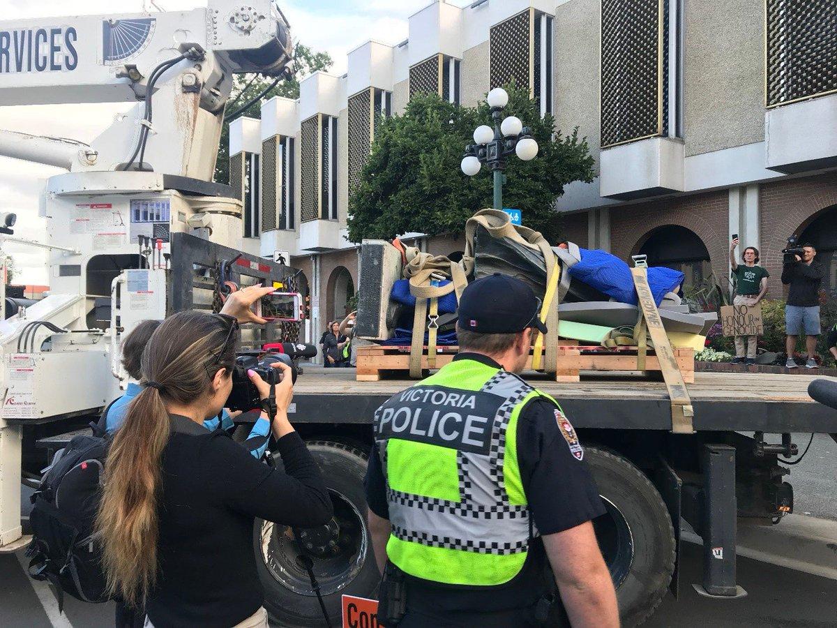 Sir John A. Macdonald statue comes down in Victoria reports @Abernardnews aptnnews.ca/?p=97681