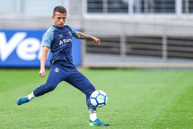 Matheus Henrique in a press conference: &quot;In my position, in the middle of the field, I look up to players likes Xavi and Iniesta.&quot;   #GremioInEnglish    Lucas Uebel / Grêmio FBPA <br>http://pic.twitter.com/b94JMOZvRg