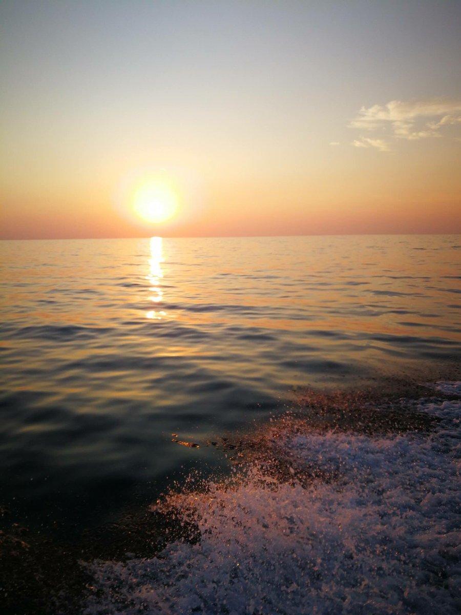 Prova ad abbracciare tutto il mare.Ascolta il suo respiro da vicino.Lasciati attraversare dall\