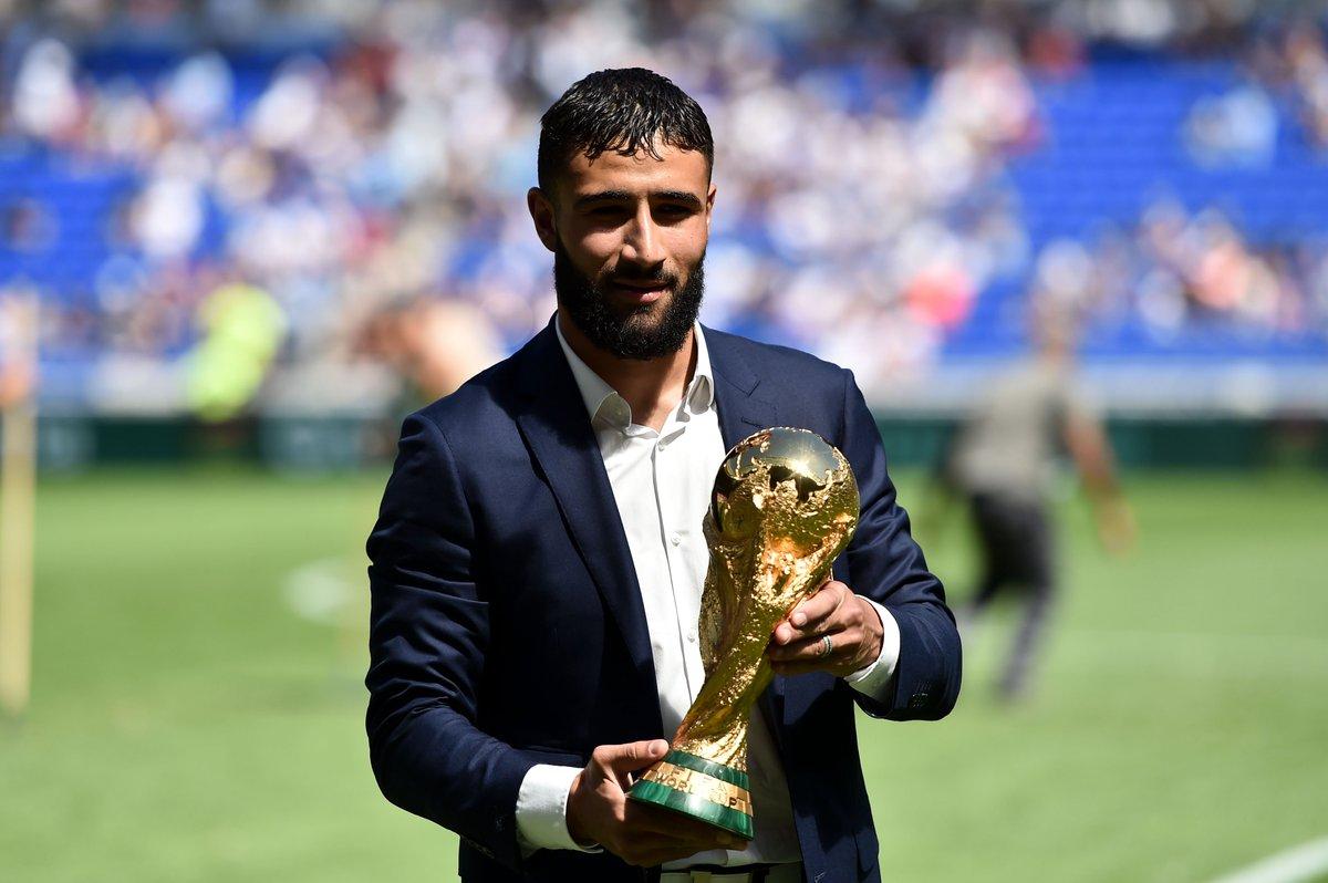 @NabilFekir a présenté la Coupe du Monde au @GroupamaStadium Le champion du Monde et capitaine de l\
